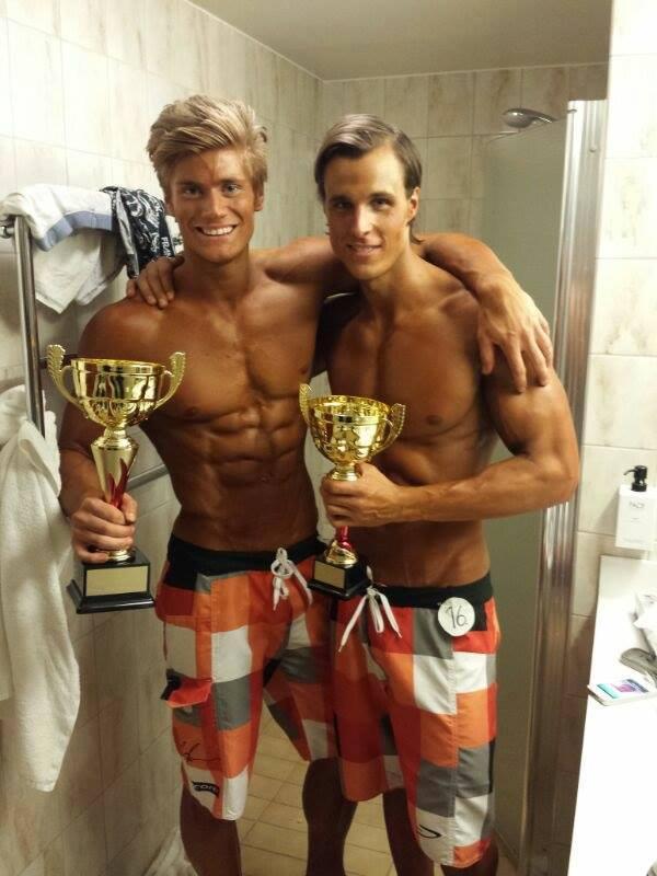 Till vänster Mikael Wahlberg (vä) som vann Decembercupens Men's Physique, mycket på grund av en pushande träningskompis i Lee Lundgren (hö).