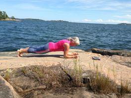 Min kära mor gillar att träna i sitt nya liv som pensionär. Eftersom mesta tiden spenderas i skärgården, använder hon gummiband och egen kroppsvikt som träningsredskap.
